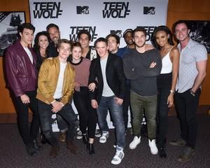 Cast Teen بھیڑیا