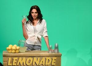 Gal Gadot Hosts SNL - October 7, 2017 - limonade Stand