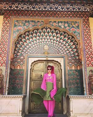 Gothic fashion blogger La Carmina kawaii goth model pink hair
