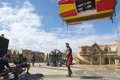 Thor: Ragnarok দেওয়ালপত্র entitled Thor Ragnarok - Behind the Scene