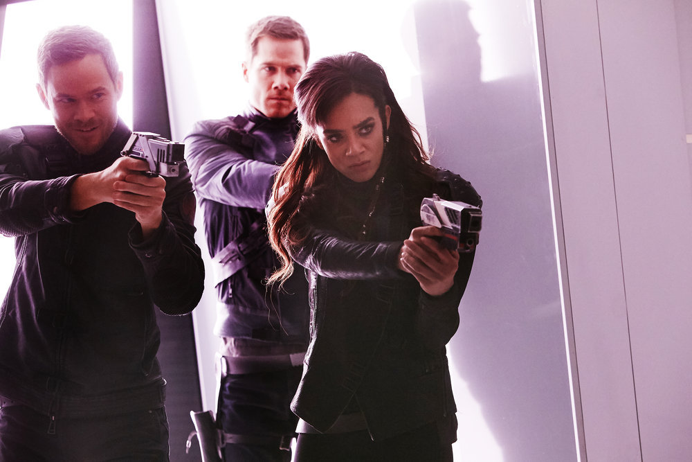http://images6.fanpop.com/image/photos/40700000/killjoys-season-3-luke-macfarlane-40738730-1000-667.jpg