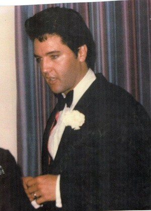 Elvis On His Wedding araw