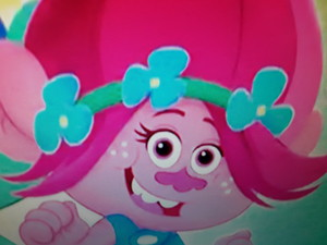 Guys, I'm the uncredited cantar voice of papoula, papoila in Trolls: The beat goes on !
