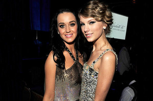 KATY PERRY VS TAYLOR 迅速, 斯威夫特