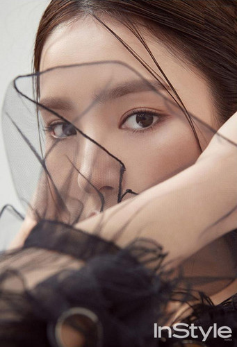 Shin Se Kyung hình nền called SHIN SE KYUNG COVERS DECEMBER 2017 INSTYLE