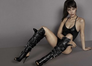 Bella Hadid is lensed por Giuseppe Zanotti in a Sexy traje de baño