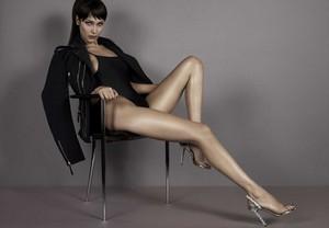 Bella Hadid is lensed da Giuseppe Zanotti in a Sexy costume da bagno