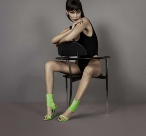 Bella Hadid is lensed oleh Giuseppe Zanotti in a Sexy pakaian renang, baju renang