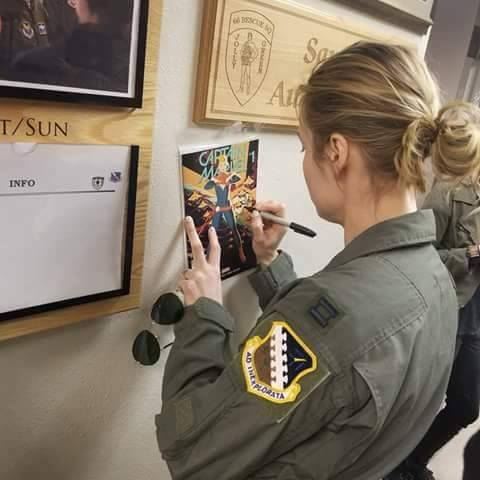 Marvel's Captain Marvel karatasi la kupamba ukuta entitled Brie Larson at Nellis Air Force Base