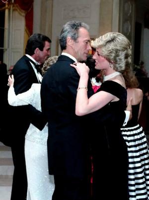 Clint Eastwood dancing with Princess Diana during a gala chajio, chakula cha jioni at the White House (1985)