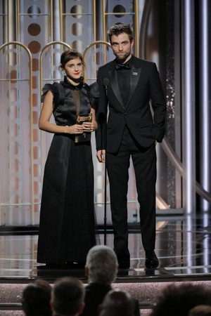 Emma presenting at the Golden Globes with Robert Pattinson