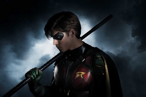 Teen Titans Hintergrund called First Look at Brenton Thwaites as Nightwing/Dick Grayson in Upcoming Live-Action Titans