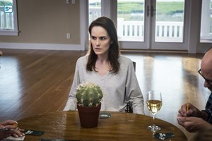 """Good Behavior """"Letty Raines, in the Mansion, with the Gun"""" (2x10) promotional picture"""