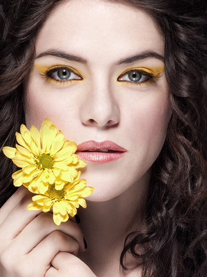 Kaniehtiio Horn - پھول Photoshoot