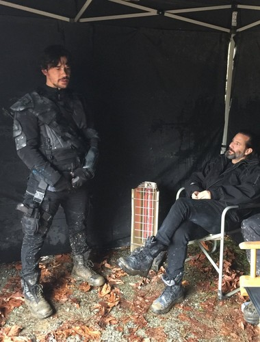 Bob Morley achtergrond titled On the set of the 100