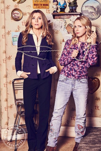 Roseanne achtergrond called Roseanne Cast's Entertainment Weekly Portraits - The Two Beckys / Sarah Chalke and Alicia Goranson