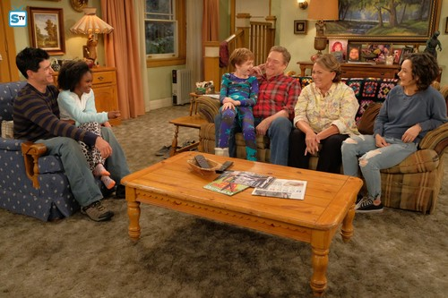 Roseanne achtergrond titled Roseanne Revival - 10x01 - Twenty Years to Life - DJ, Mary, Mark, Dan, Roseanne and Darlene