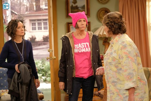 Roseanne karatasi la kupamba ukuta called Roseanne Revival - 10x01 - Twenty Years to Life - Darlene, Jackie and Roseanne