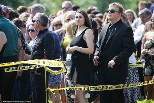 Знаменитости, которые умерли молодыми Обои entitled christina grimmie funeral