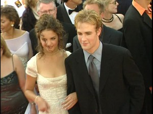 Katie Holmes & James वैन, वान Der Beek walk the red carpet at the 1998 Emmy Awards