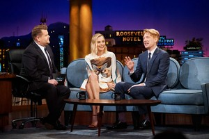 Margot Robbie at The Late Late mostra with James Corden