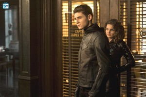 4x16 - One of My Three Soups - Selina and Bruce