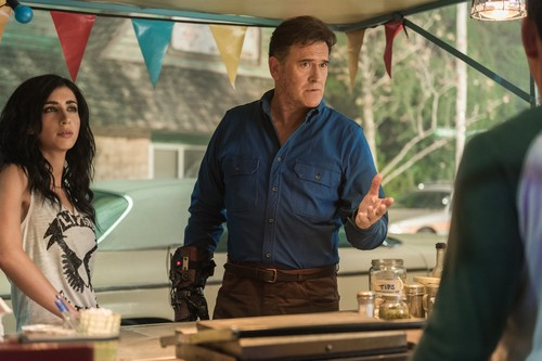 "Ash vs Evil Dead achtergrond titled Ash Vs Evil Dead ""Booth Three"" (3x02) promotional picture"