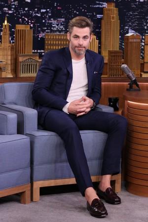 Chris on The Tonight دکھائیں Starring Jimmy Fallon (July '16)