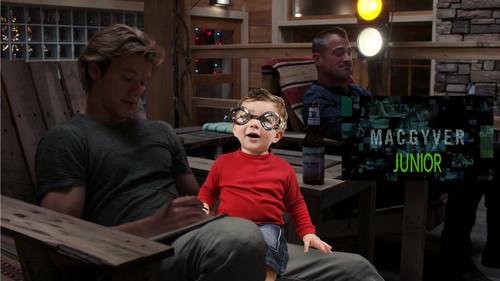 Televisyen kertas dinding titled MacGyver Junior - MacGyver as Dad