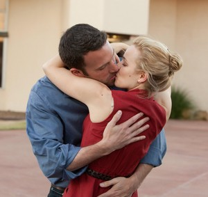 Rachel McAdams and Ben Affleck kiss