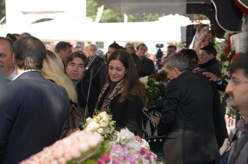 celebridades que murieron jóvenes fondo de pantalla called mina başaran funeral