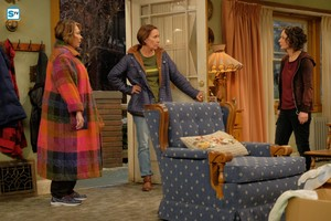 10x04 - Eggs Over, Not Easy - Roseanne, Jackie and Darlene