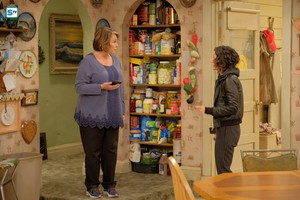 10x04 - Eggs Over, Not Easy - Roseanne and Darlene