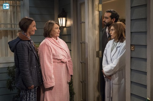 Roseanne वॉलपेपर entitled 10x07 - Go Cubs - Jackie, Roseanne and the neighbors