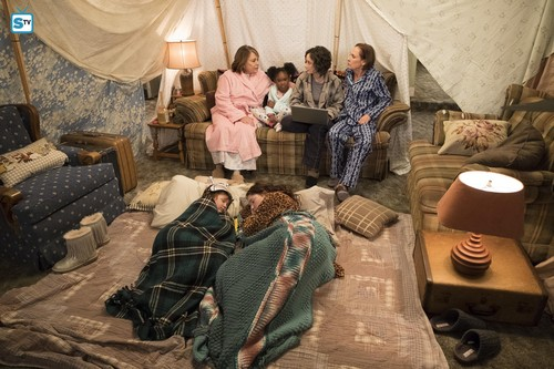 Roseanne karatasi la kupamba ukuta called 10x07 - Go Cubs - Roseanne, Mary, Darlene, Jackie, Harris and Mark