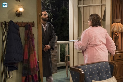 Roseanne वॉलपेपर titled 10x07 - Go Cubs - Roseanne and the neighbor