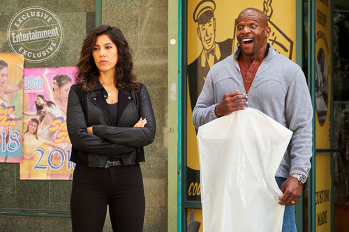 "Brooklyn Nine-Nine karatasi la kupamba ukuta titled Brooklyn Nine-Nine ""Jake and Amy"" (5x22) First Look"