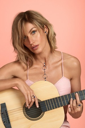Gisele Bündchen shows off a short hairstyle for Vivara campaign