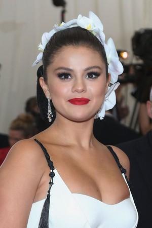 Selena Gomez Hair Makeup 2015 Met Gala