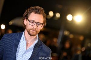 Tom Hiddleston at the Лондон Фан event for Avengers: Infinity War