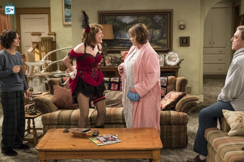 Roseanne achtergrond titled 10x08 - Netflix and Pill - Darlene, Crystal, Roseanne and Dan