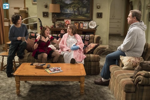 Roseanne वॉलपेपर titled 10x08 - Netflix and Pill - Darlene, Crystal, Roseanne and Dan