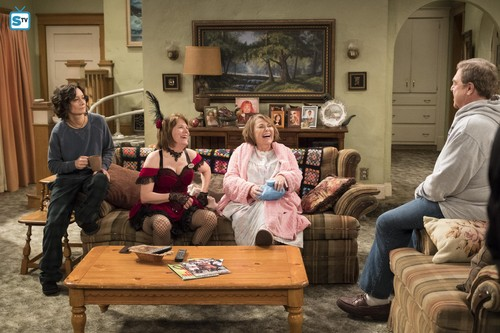Roseanne karatasi la kupamba ukuta entitled 10x08 - Netflix and Pill - Darlene, Crystal, Roseanne and Dan