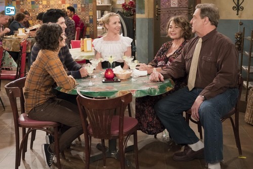 Roseanne वॉलपेपर titled 10x08 - Netflix and Pill - Darlene, DJ, Becky, Roseanne and Dan