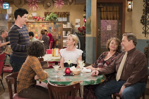 Roseanne wallpaper called 10x08 - Netflix and Pill - Darlene, DJ, Becky, Roseanne and Dan