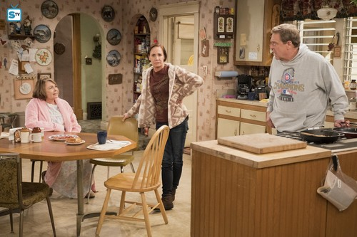 Roseanne वॉलपेपर called 10x08 - Netflix and Pill - Roseanne, Jackie and Dan