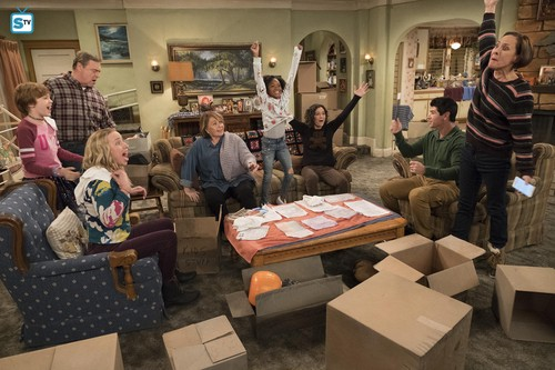 Roseanne karatasi la kupamba ukuta entitled 10x09 - Knee Deep - Mark, Dan, Becky, Roseanne, Mary, Darlene, DJ and Jackie