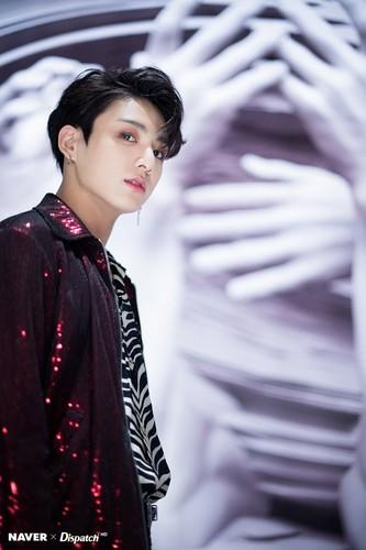 Jungkook (BTS) Hintergrund titled Jungkook Fake Liebe