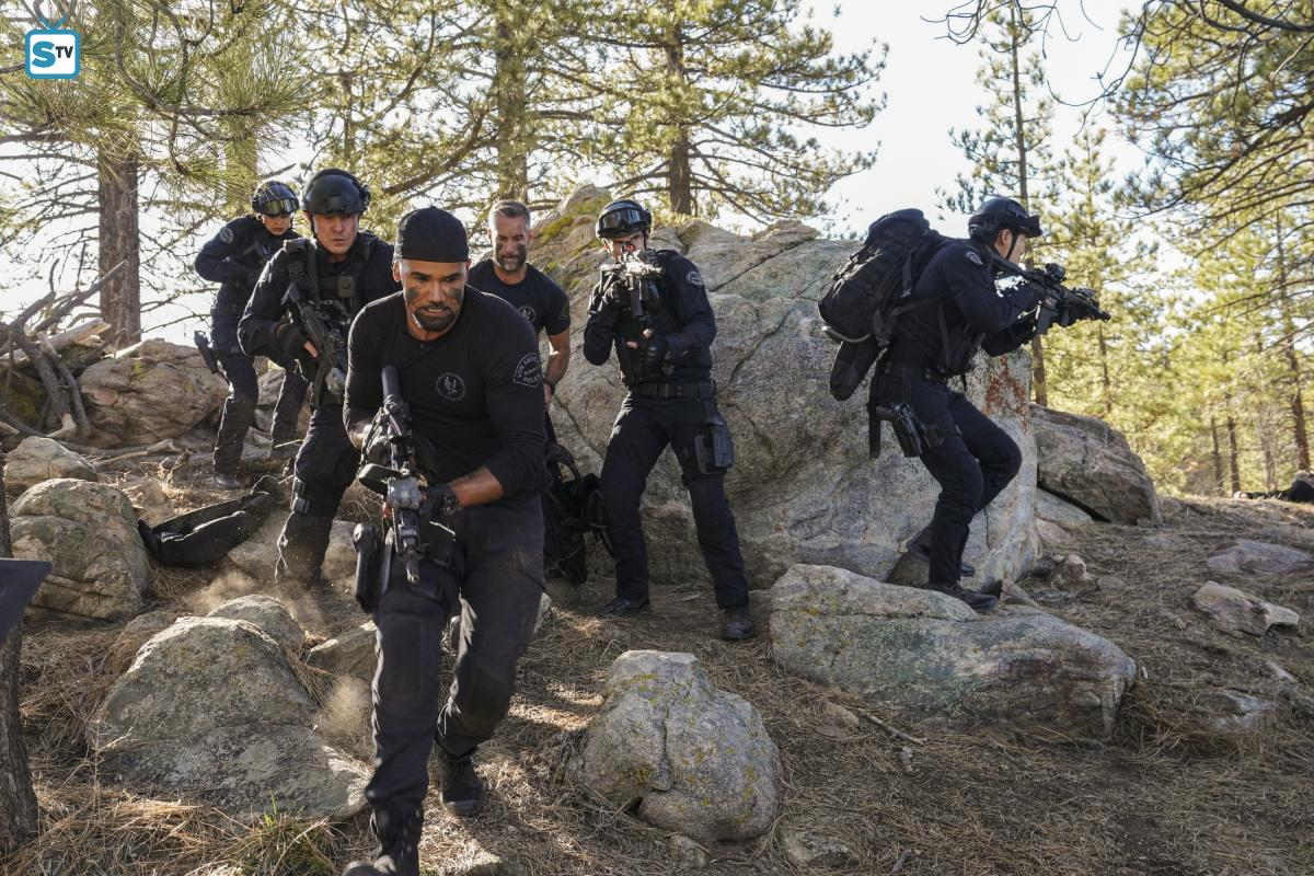 Lina Esco as Chris Alonso in SWAT - Hunted