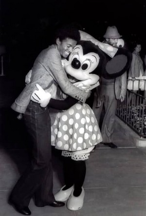 Michael Jackson Hugging Minnie ratón